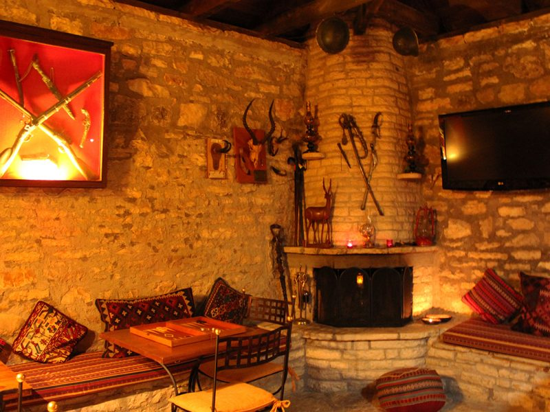 TV Room and Coffee Lounge 800x600